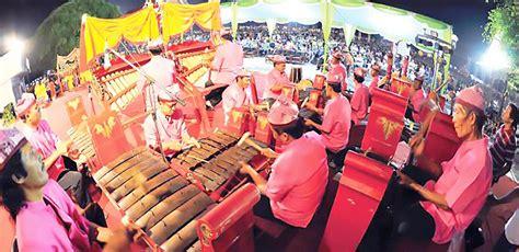 Sasando merupakan salah satu contoh dari alat musik itu. Angklung Caruk, Alat Musik Tradisional Dari Banyuwangi Jawa Timur - Kamera Budaya