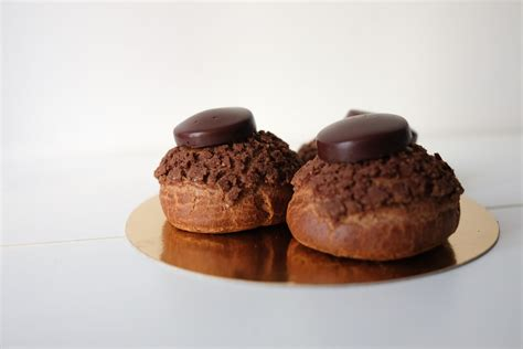 dessert chocolat noir au boeuf couronne dessert du jour chocolat noir avec une boule de glace