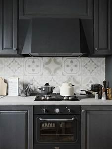 Carreaux De Ciment Credence : cuisine noire avec cr dence en carreaux de ciment superbes ~ Dailycaller-alerts.com Idées de Décoration