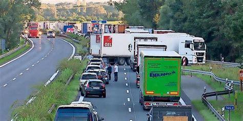 A10 Geisterfahrer Blockieren Rettungsgasse by Unfassbares Lkw Fahrer Wenden In Rettungsgasse
