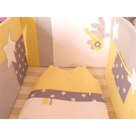 theme chambre bebe garcon ensemble tour de lit gigoteuse matelas à langer sur