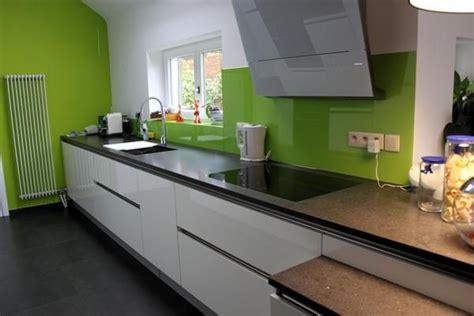 cuisine brillante cuisine design blanche brillante sans poignée une hotte