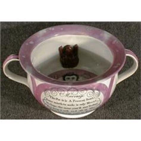 un pot de chambre de mariage en poterie de staffordshire