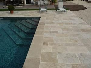 Terrasse piscine en travertin for Travertin terrasse