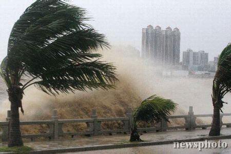 huge  hong kong terrifying typhoon