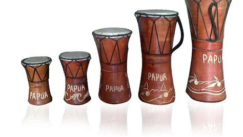 Fungsi alat musik tifa entah di daerah papua atau maluku, tifa memiliki fungsi yang sama, yaitu untuk mengiringi upacara adat masyarakat setempat, tarian tradisional dan nyanyian suku. Alat Musik Tifa: Sejarah, Bunyi, dan Fungsi Lengkap