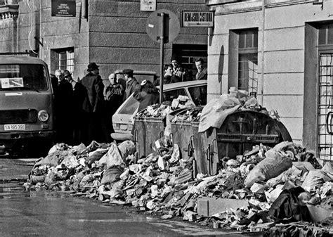 siege de sarajevo file sarajevo siege garbage jpg wikimedia commons
