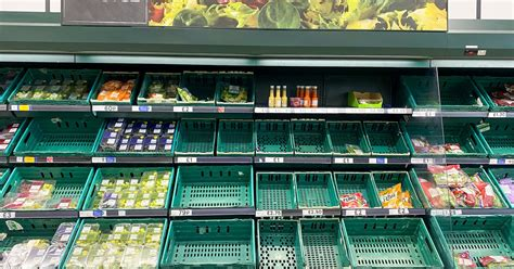 butiksbrist biter da pingdemic hotar att toemma stormarknadshyllor oever hela landet