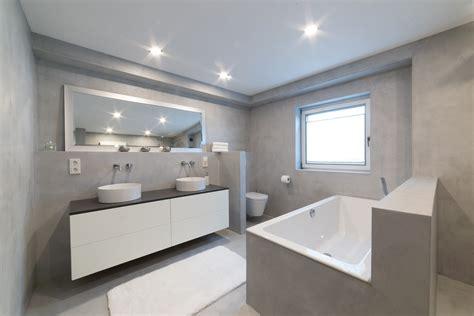 Badezimmer Farben Modern by Sichtbeton Wand Hngen Weien Tuch Drapiert Auf