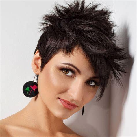 schwarze kurze haare im pixie cut schwarze haare