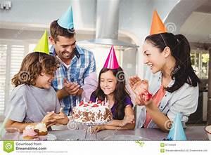 Familia Feliz Que Aplaude Durante La Celebración Del ...