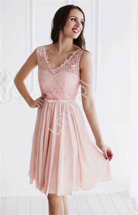 foto de Jasnoróżowa skromna szyfonowa sukienka na wesela chrzciny