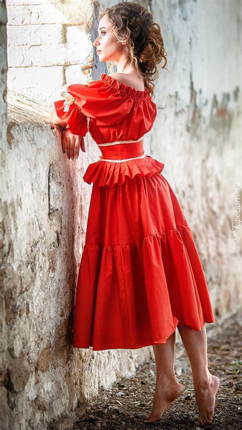 Wyróżnij to ogłoszenie odśwież to ogłoszenie. Kobieta w czerwonej sukience przy oknie - Tapeta na telefon