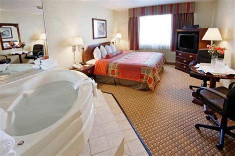 spa dans la chambre chambre d 39 hôtel avec jaccuzi intérieurs inspirants et