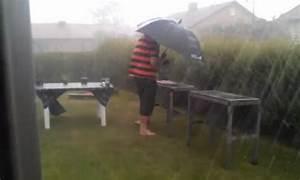 Grillen Im Regen : video grillen trotz regen freiburg ~ Frokenaadalensverden.com Haus und Dekorationen