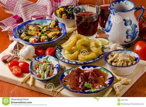 cuisine espagnol cuisine espagnole tapas assortis des plats en céramique