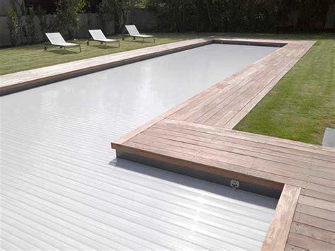 piscine bois avec escalier integre r 233 novation 233 quiper sa piscine d un volet piscines carr 233 bleu