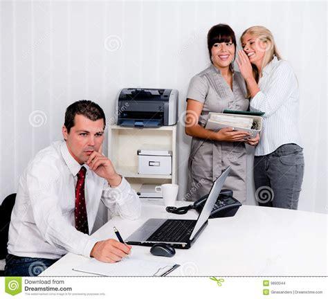 intimider au travail dans le bureau images stock image
