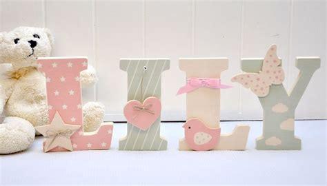 lettre prenom chambre bebe lettre en bois et tissu pour chambre de fille et bébé