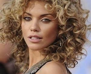 Coupe Courte Frisée Femme : coiffure femme 50 ans cheveux frises ~ Melissatoandfro.com Idées de Décoration