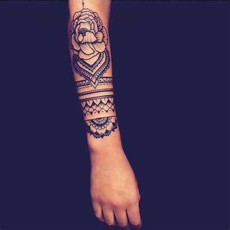 modele tatouage bras mandala avec fleur  bracelet