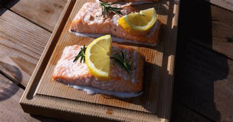cuisiner darne de saumon darne de saumon avec citron sur la planche de cèdre