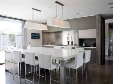 grande cuisine avec ilot central trio bois verre et pour une cuisine avec îlot