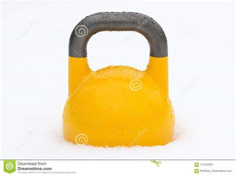 kettlebell weight yellow snow covered training droplets outside water buiten gewichtheffen waterdruppeltjes sneeuw geel behandeld wordt met goccioline coperto neve