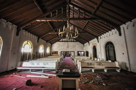 Eerie Photos of the Abandoned Southern Funeral Home on ...