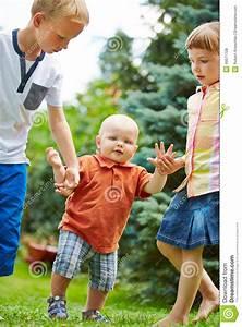 Erste Schritte Baby : geschwister die baby helfen erste schritte zu lernen stockfoto bild von neigung verh ltnis ~ Orissabook.com Haus und Dekorationen