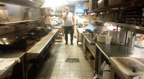 chinois en cuisine l 233 tat d 233 goutant de la cuisine d un restaurant chinois