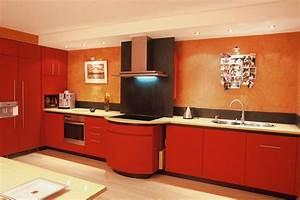 cuisine rouge avec credence en ardoise et mur peches With credence pour cuisine rouge