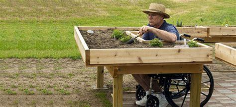 Idealloesung Fuer Den Barrierefreien Garten Das Unterfahrbare Hochbeet by Der Barrierefreie Garten Der Querschnitt De