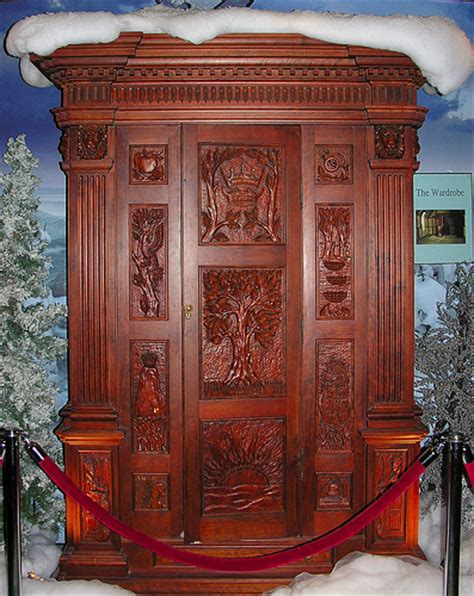 small world disney kast the wardrobe from the chronicles of narnia the lion the