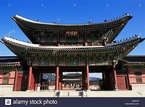 Korea, Seoul, Entrance to Gyeongbokgung Palace ...