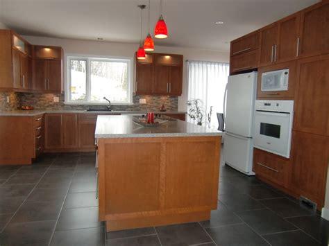 comptoir cuisine stratifié armoire de cuisine style contemporain en merisier teint