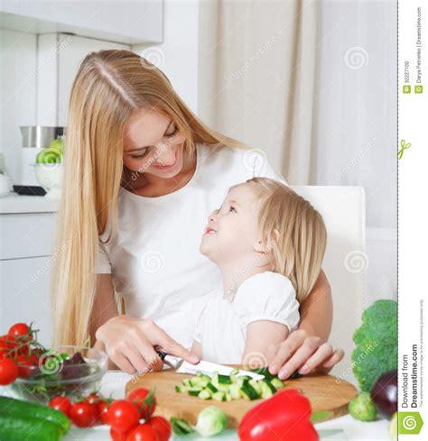 m 232 re heureuse et sa fille dans la cuisine photo stock image 32227100