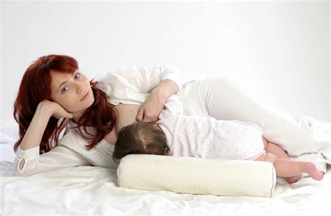 How To Keep Your Baby In Position While Breastfeeding
