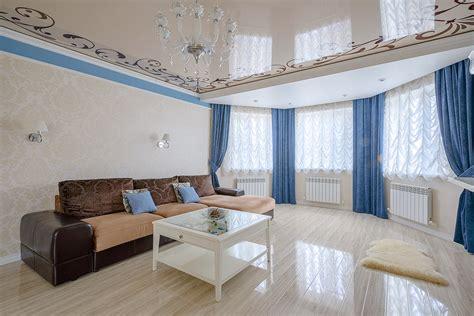 Натяжные потолки в интерьере гостиной 60 современных