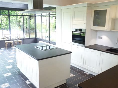 ilot centrale cuisine 3 cuisines avec verrière pour laisser entrer le soleil