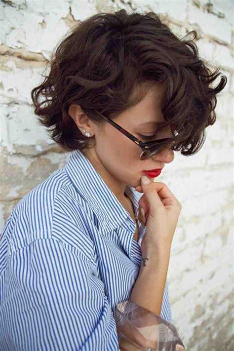 coupe cheveux frisés courts femme la coupe carr 233 court en 65 photos et quelques vid 233 os archzine fr