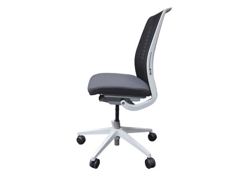 chaise steelcase fauteuil steelcase think v2 modèle d 39 expo adopte un bureau