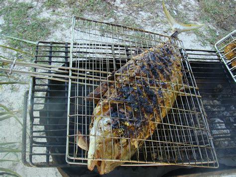 cuisine et vous enorme poisson grillé barbecue sur la plage seychelles