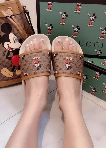 gucci tiene las sandalias planas mas cool de mickey estilodf