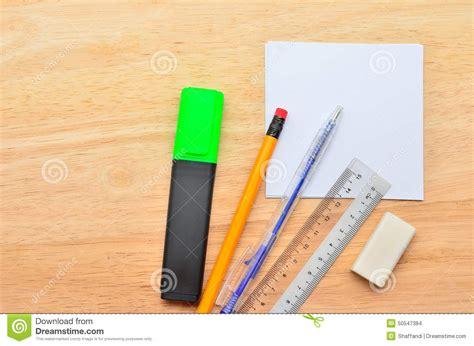 post it sur le bureau post it vide avec le stylo le crayon la règle le marché
