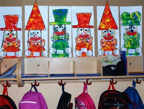 des porte manteaux clowns en maternelle caracolus