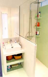 plan vasque en carrelage blanc dans salle de bain