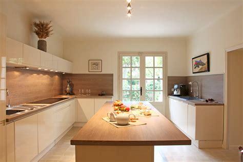 cuisine bois moderne blanche en avec ilot central