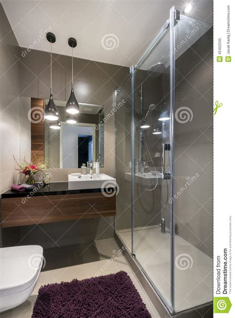 con la doccia bagno di lusso moderno con la doccia immagine stock