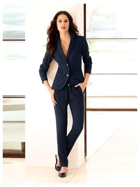 look bureau femme une tenue de bureau sport chic avec blazer court pantalon
